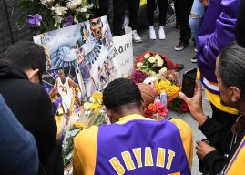 """Фановите во чест на Коби со спомен обележје пред """"Стејплс Центарот"""""""